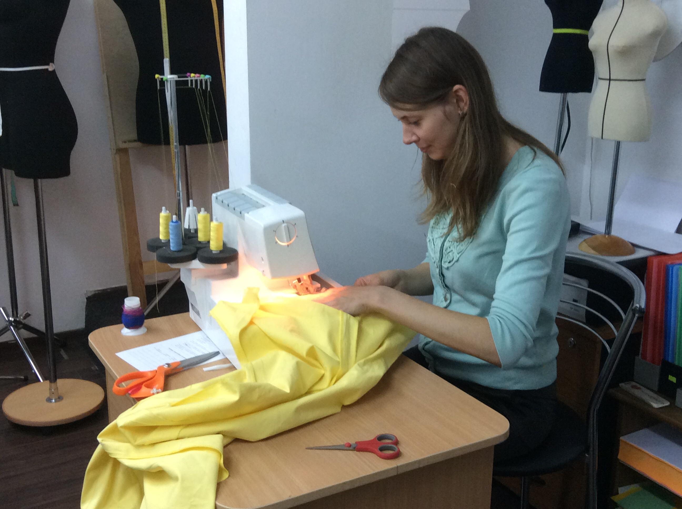 Курсы кройки и шитья Работа за оверлоком в Школе дизайнерского мастерства